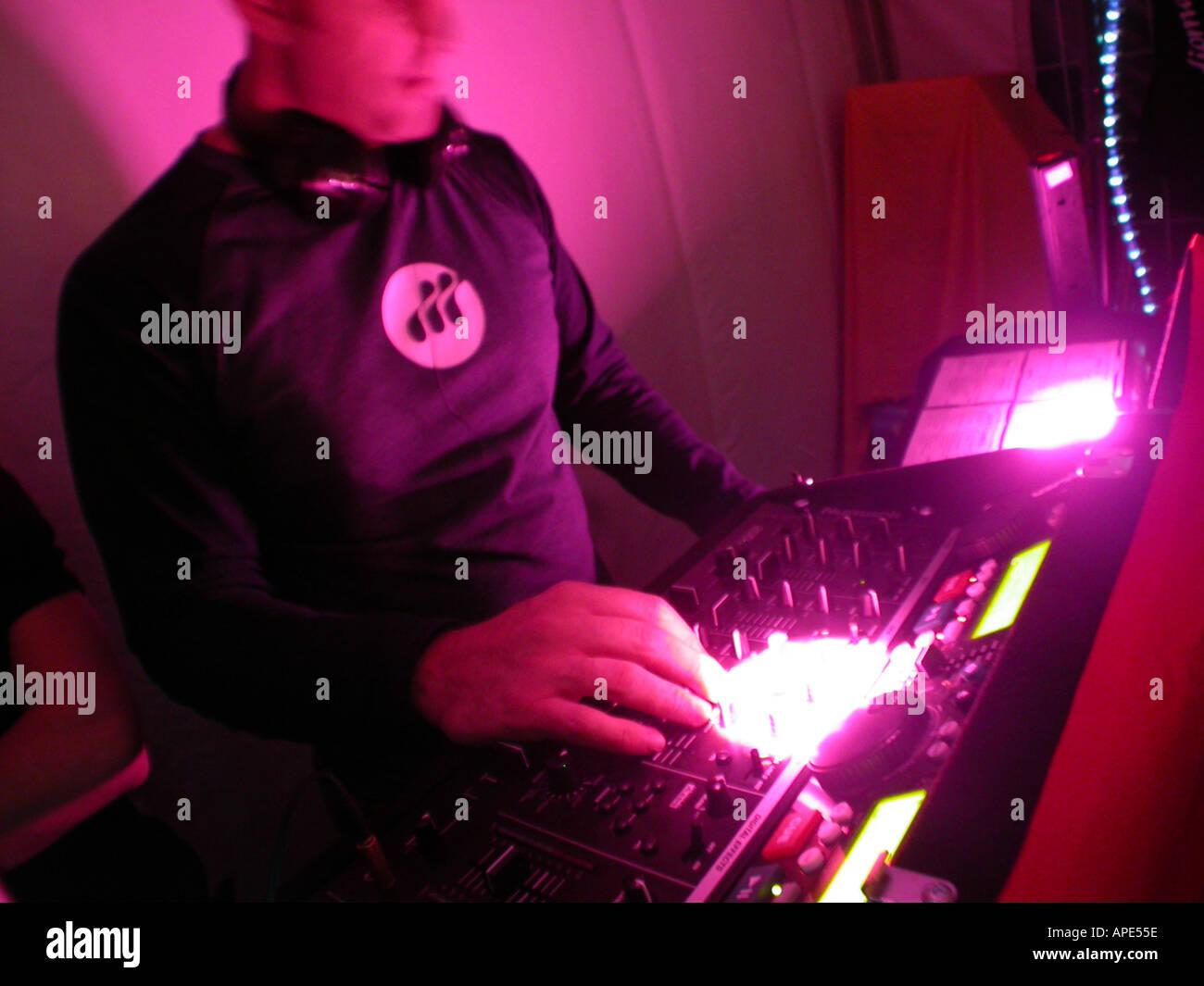 Discoteca mobile DJ al suono di una console di mixaggio Immagini Stock