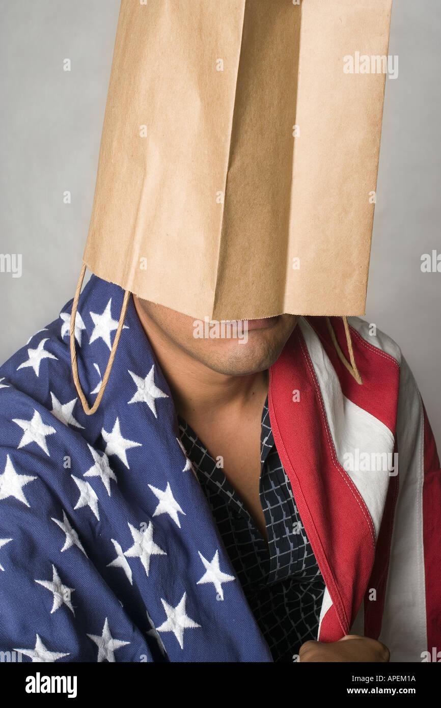 Ritratto Latino uomo avvolto nella Bandiera americana con ...