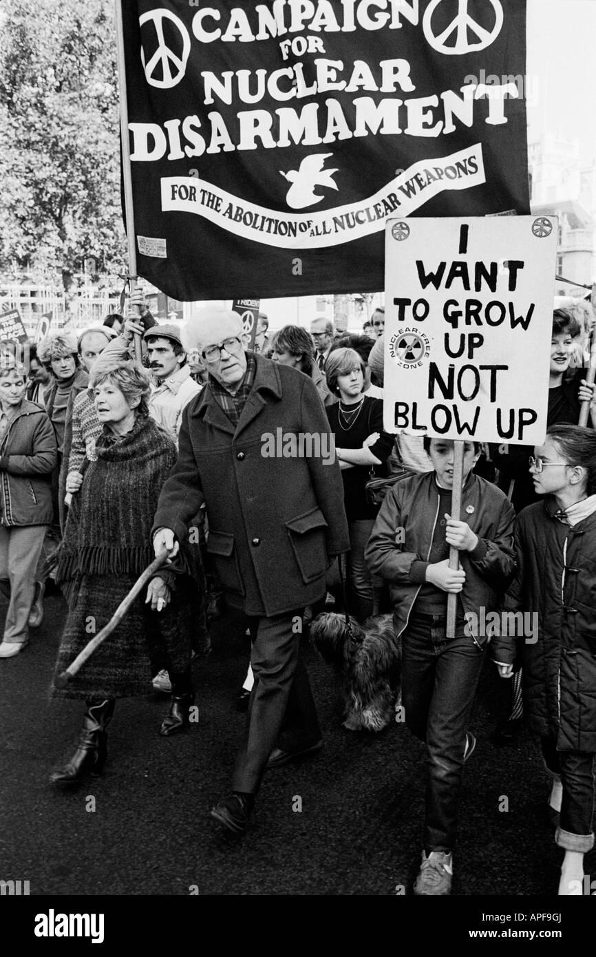 Michael Foot MP a CND anti missile di crociera di dimostrazione, Londra, Ottobre 1983 Immagini Stock