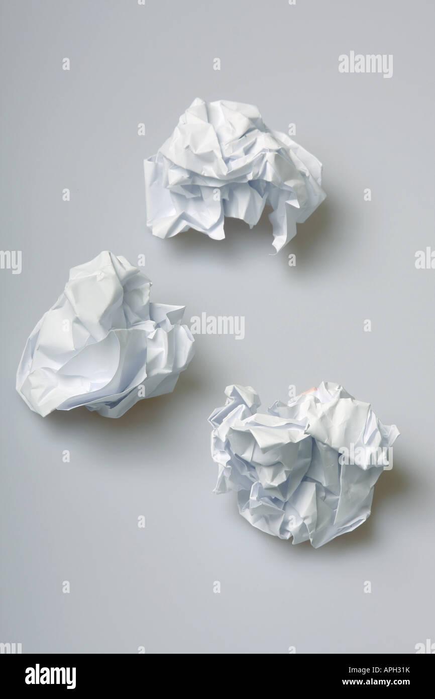 Carta sgualcita mazzette sul pavimento del concetto di blocco creativo Immagini Stock