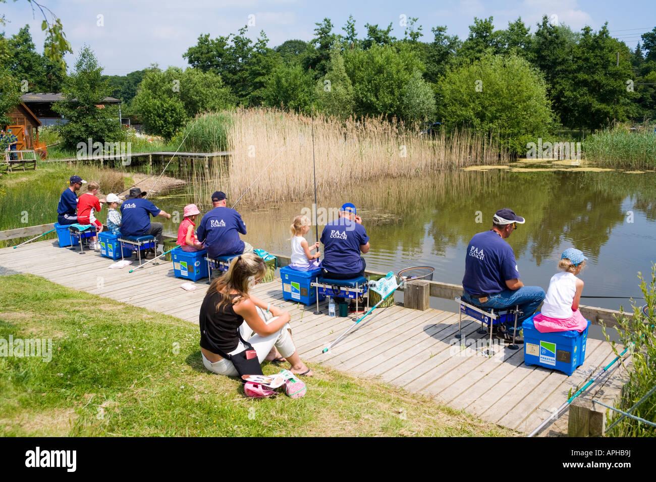 Carrozze di PAA dando angling istruzione per i bambini in tre contee Show, Malvern, Worcestershire Immagini Stock