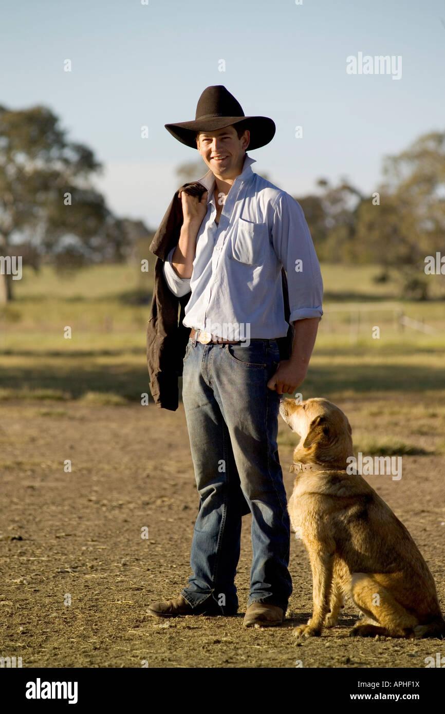 Un agricoltore con il cane di famiglia Immagini Stock
