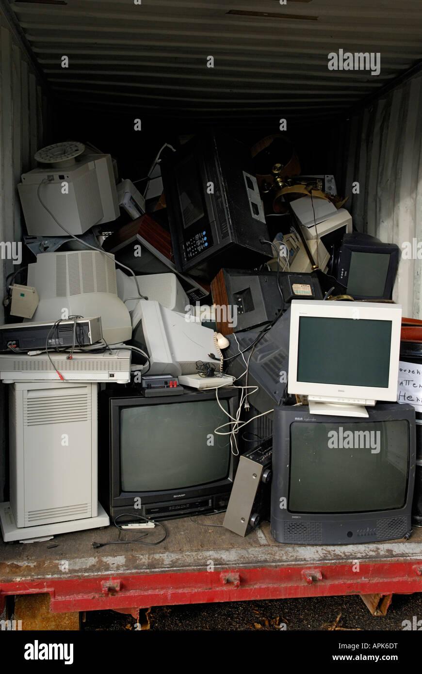 Un elettronica e il riciclaggio dei rifiuti area di raccolta la raccolta è parte di un comune centro di riciclaggio Immagini Stock