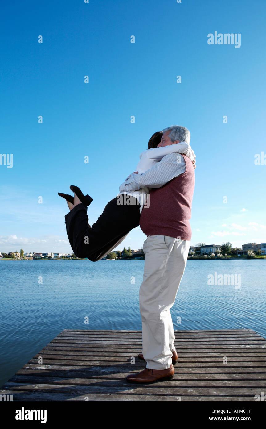 Coppia senior ballando sul ponte Immagini Stock