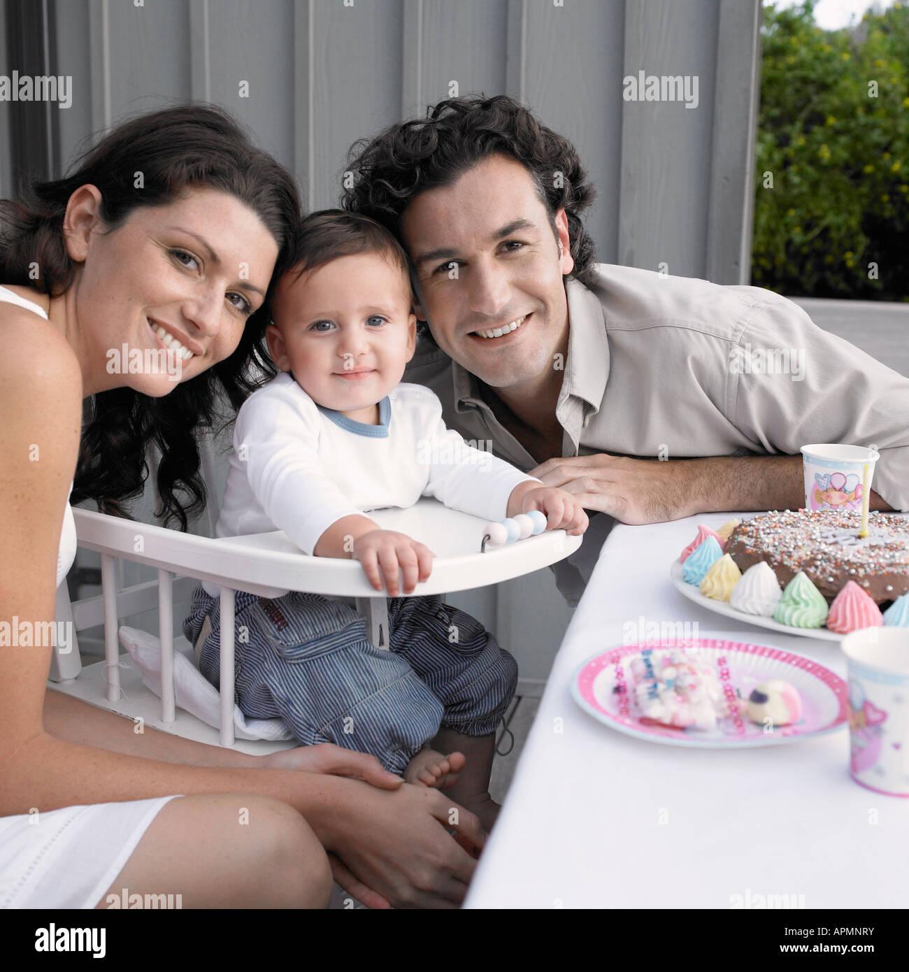 I genitori celebrando baby boy (1-2) compleanno (verticale). Foto Stock
