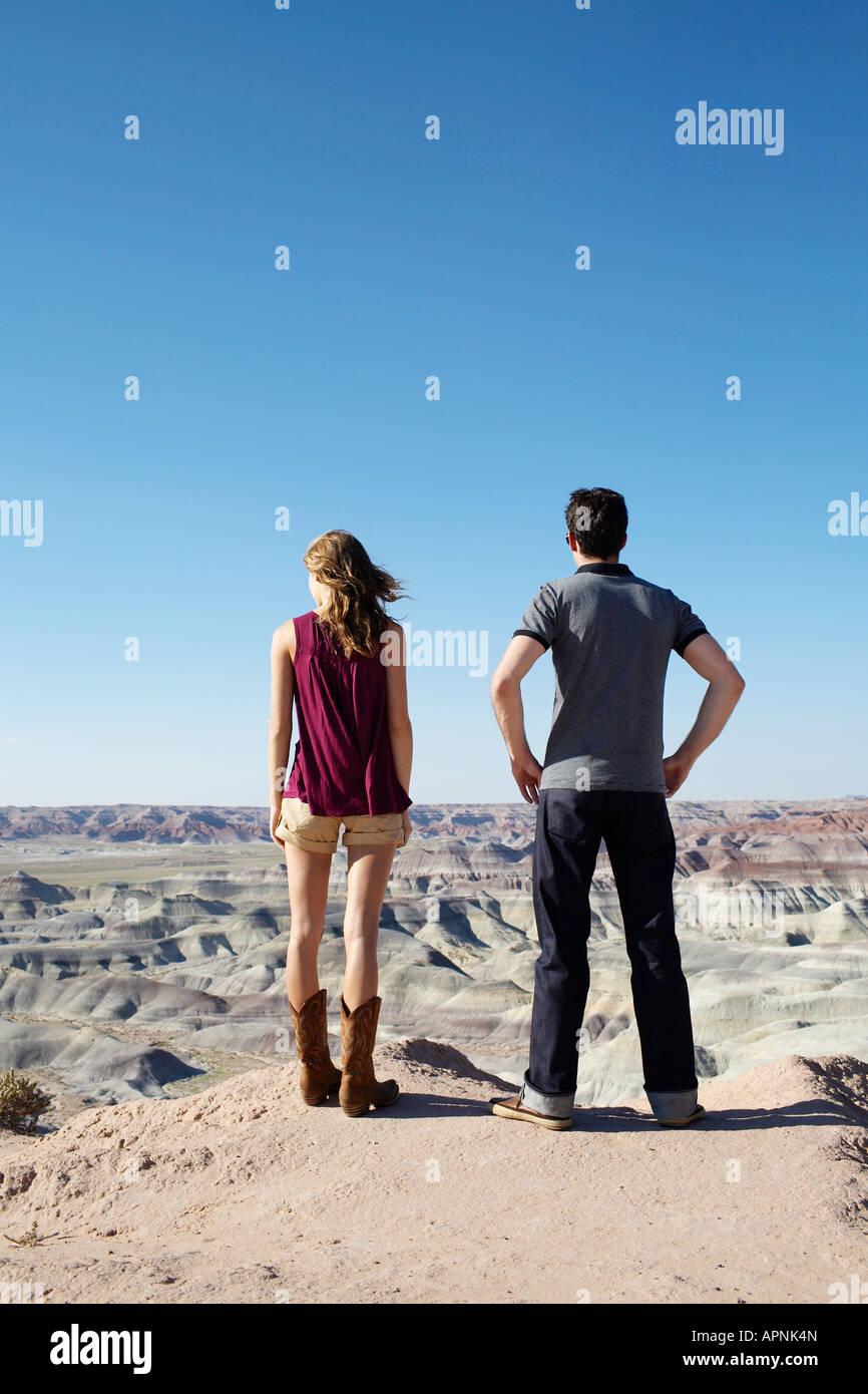 Coppia giovane guardando il paesaggio roccioso, Arizona, Stati Uniti d'America Foto Stock