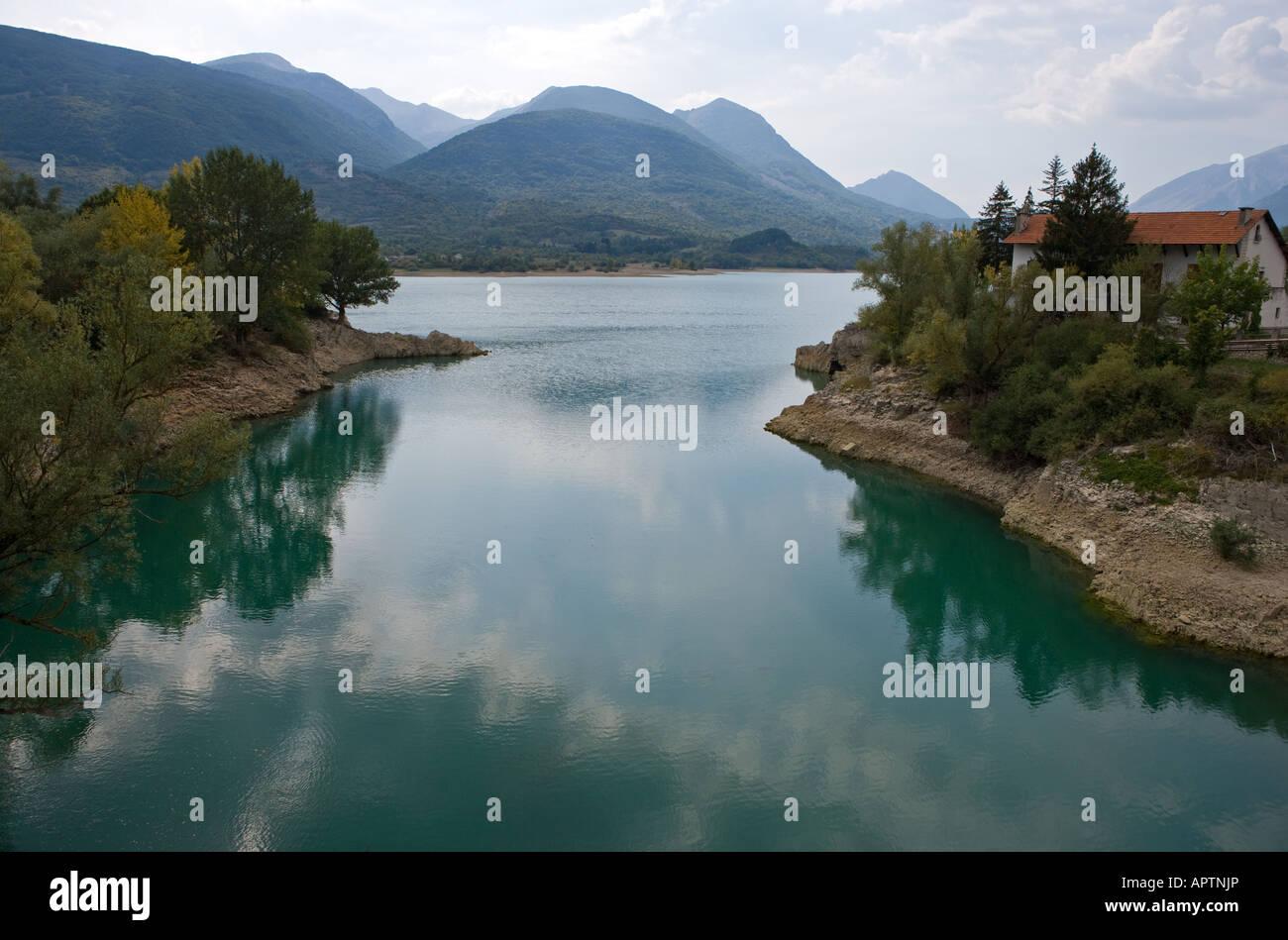 Italia Il lago di Barrea in Abruzzo s Parco Nazionale Foto ...