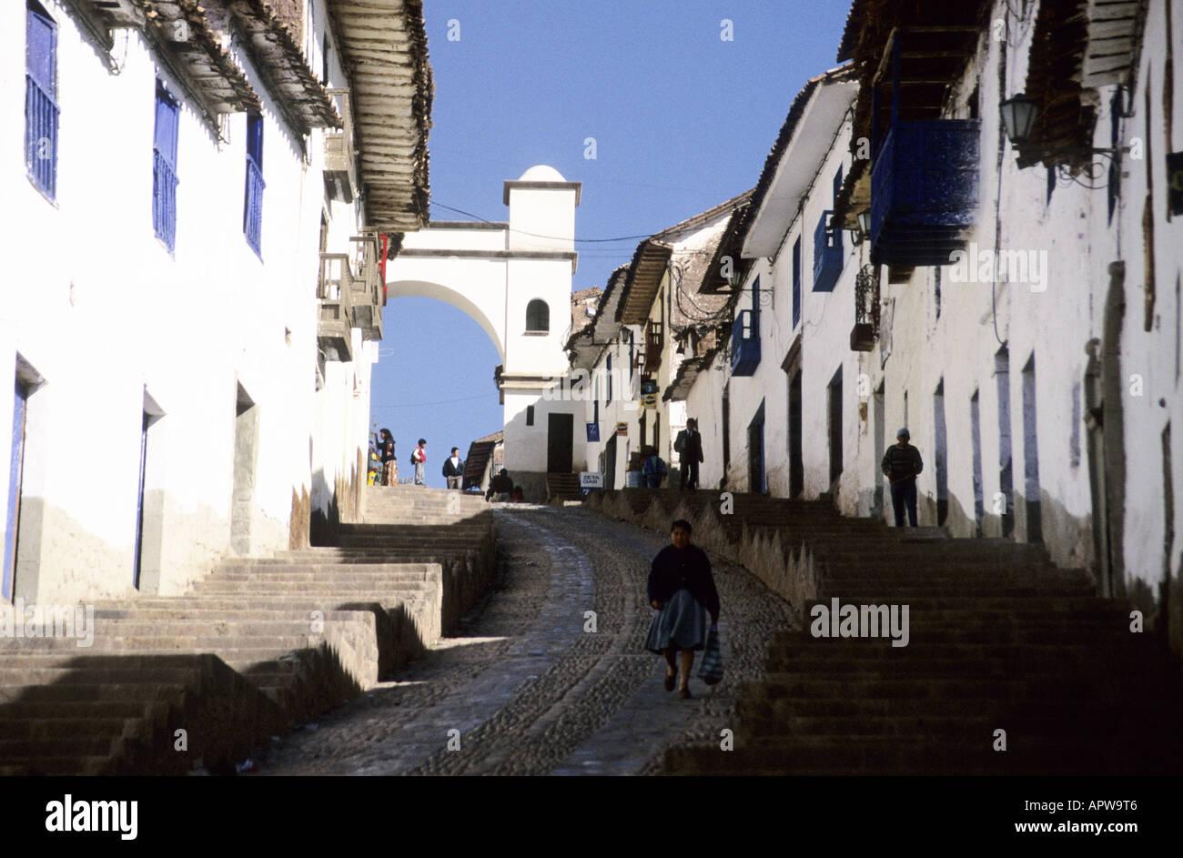 Vecchie case di spagnolo con pareti bianche la linea di una ripida strada a  Cuzco e5c99024f236