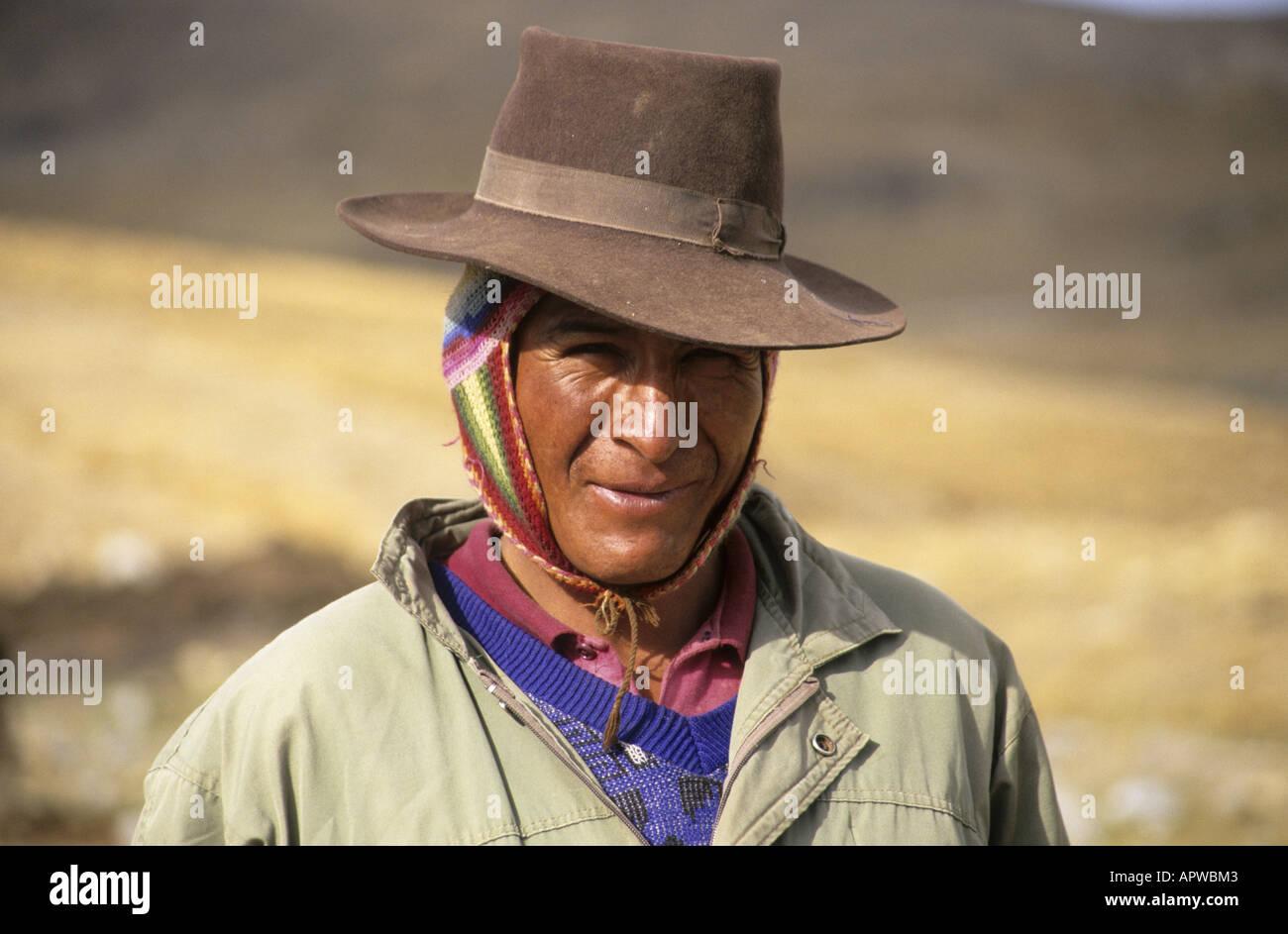 Contadino peruviano con tipico Inca caratteristiche facciali indossando un  cappello. d64c789d5dcf
