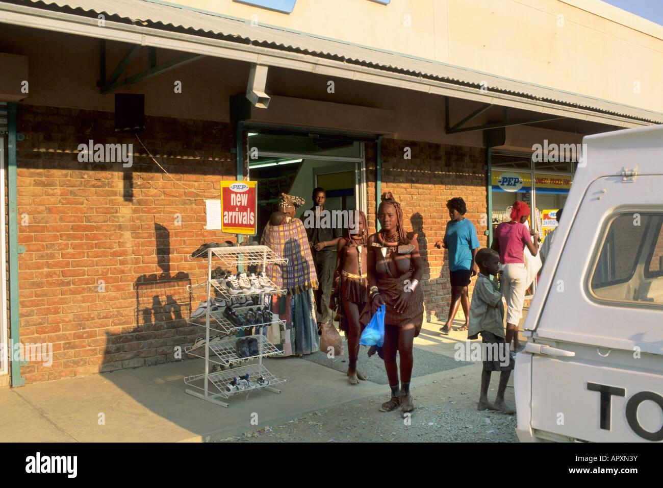 Due le donne himba in tradizionali abiti tribali uscire un moderno supermercato Immagini Stock