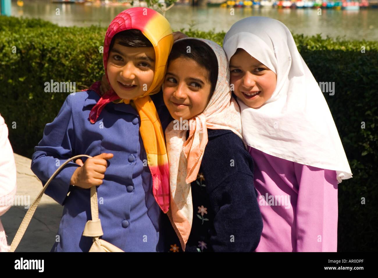 Giovani ragazze iraniane a piedi dal fiume Khajou Esfahan Iran Immagini Stock