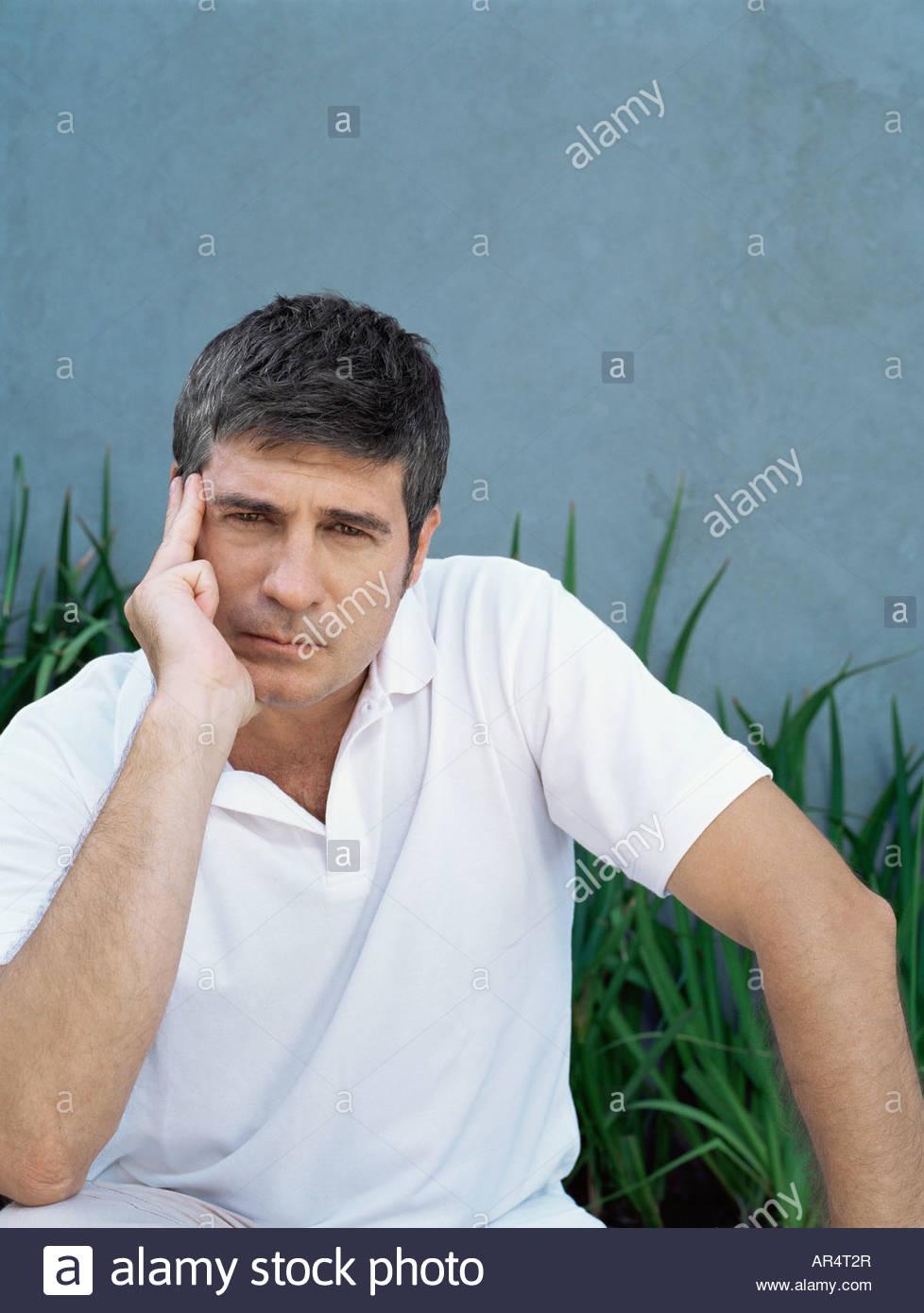 Uomo che guarda preoccupato Immagini Stock