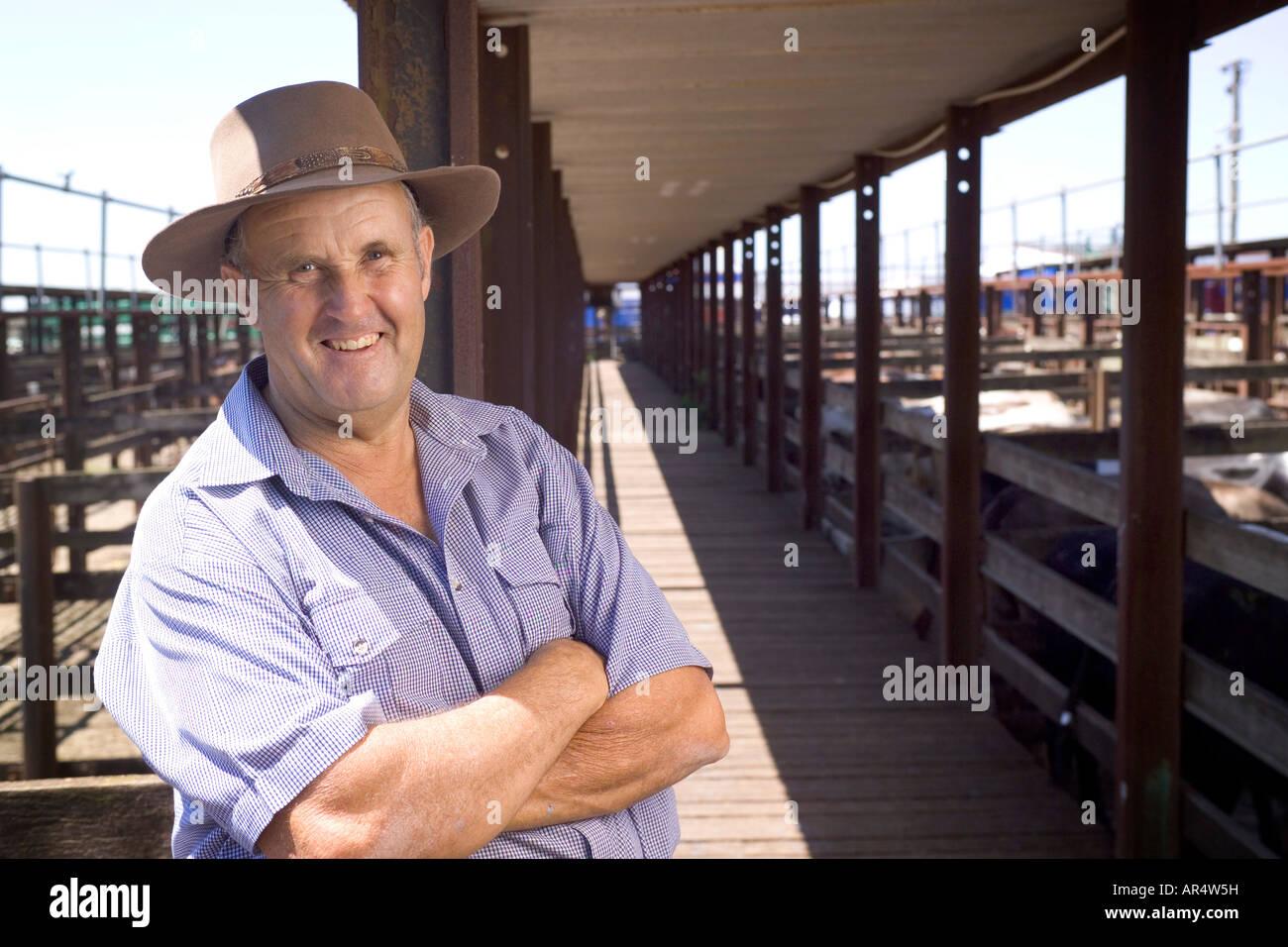 Contadino al bestiame vendita cantieri cercando di fotocamera Immagini Stock