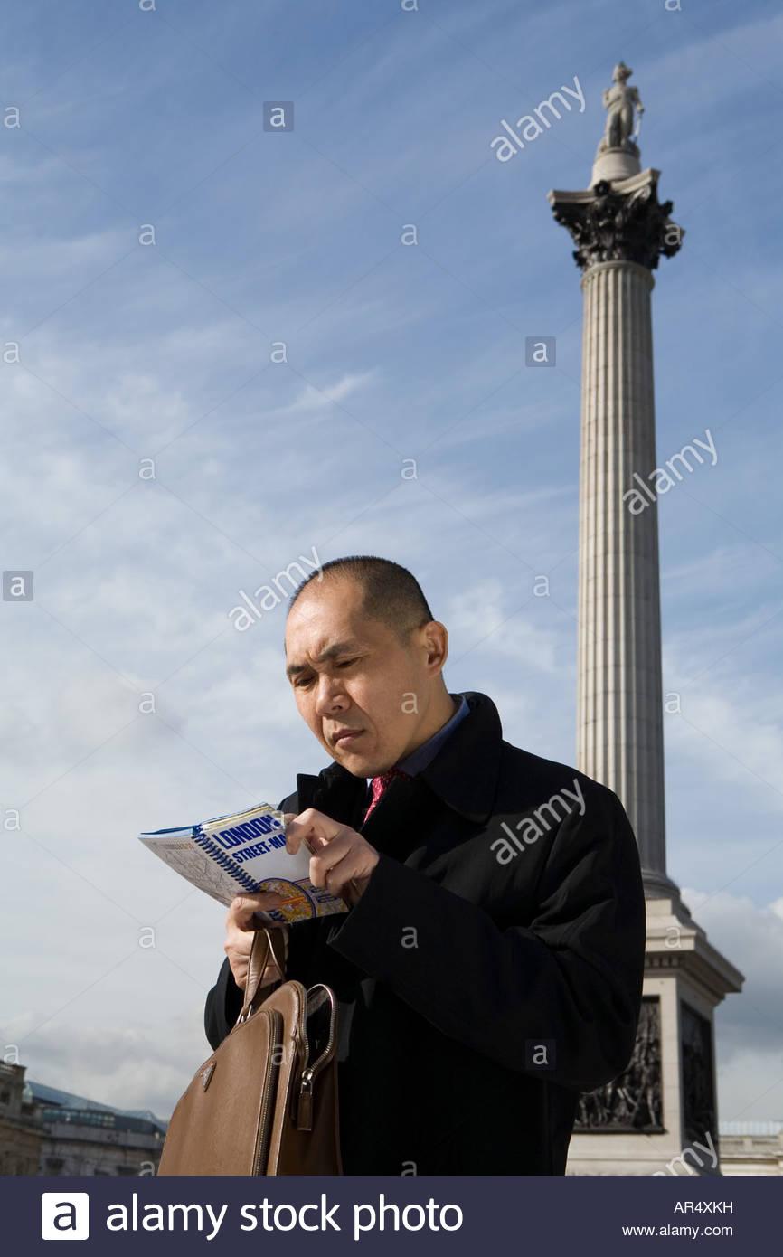 Uomo che guarda la mappa in Londra Immagini Stock