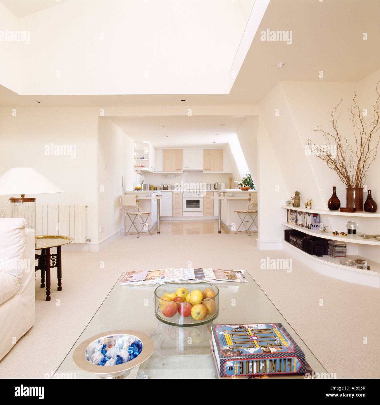 Tavolo di vetro nella zona del soggiorno di openplan moderno appartamento in piccolo soppalco la ...