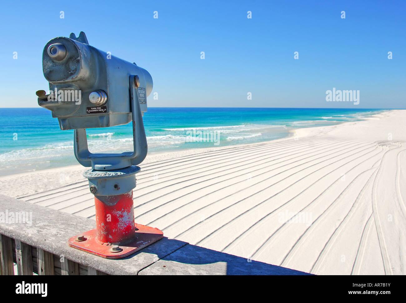 Mirino sul molo che si affaccia su una spiaggia bellissima Immagini Stock