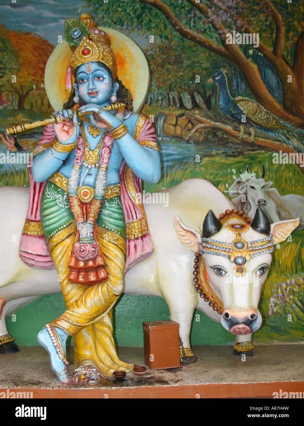 Statua della divinità Indù Krishna e la sua mucca pet , Hyderabad , India Immagini Stock