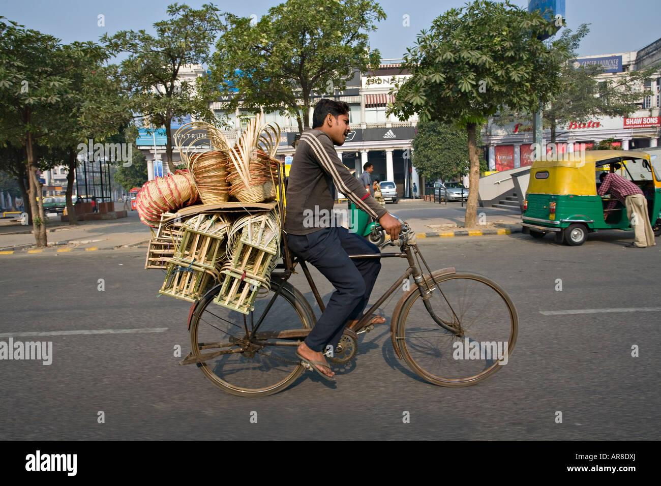 Indian uomo su una bicicletta, Netagi Subhash Marg, Delhi, India Immagini Stock