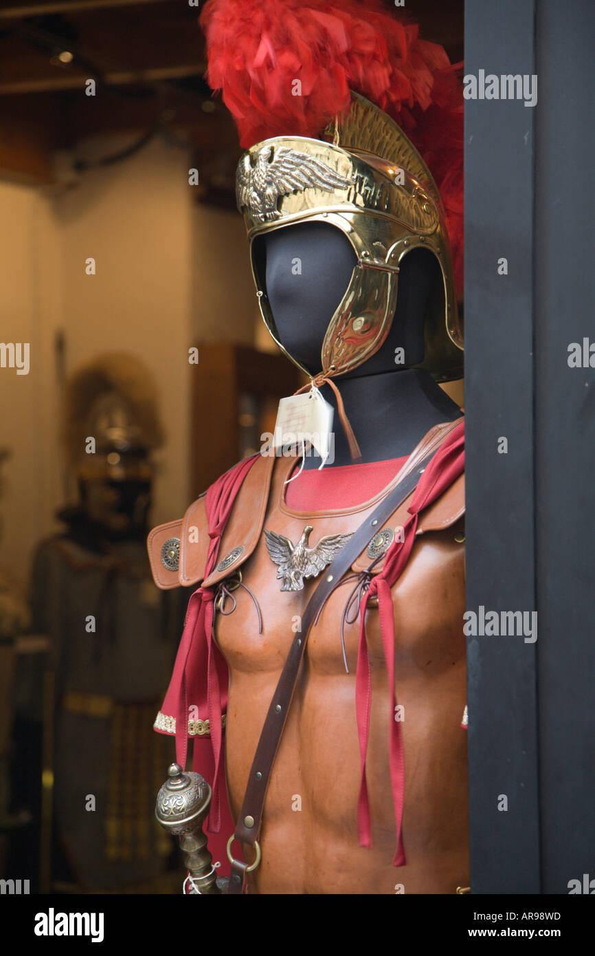 Un soldato romano s outfit per la vendita in un negozio di Roma Immagini Stock