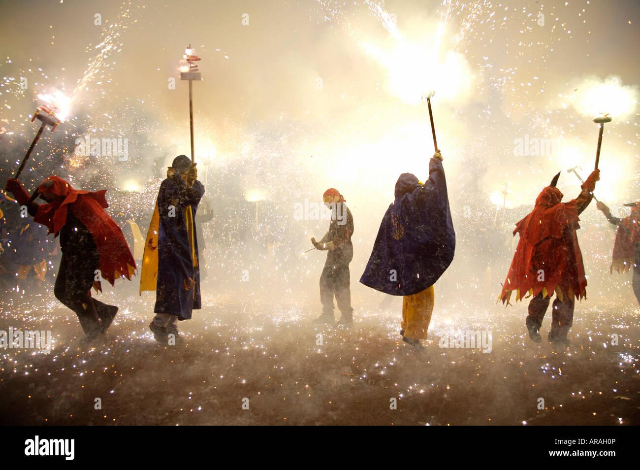 Correfoc fire eseguire nella Gracia Barcellona Spagna alla Festa Mayor de Gracia durante il mese di Agosto 15-18 Immagini Stock