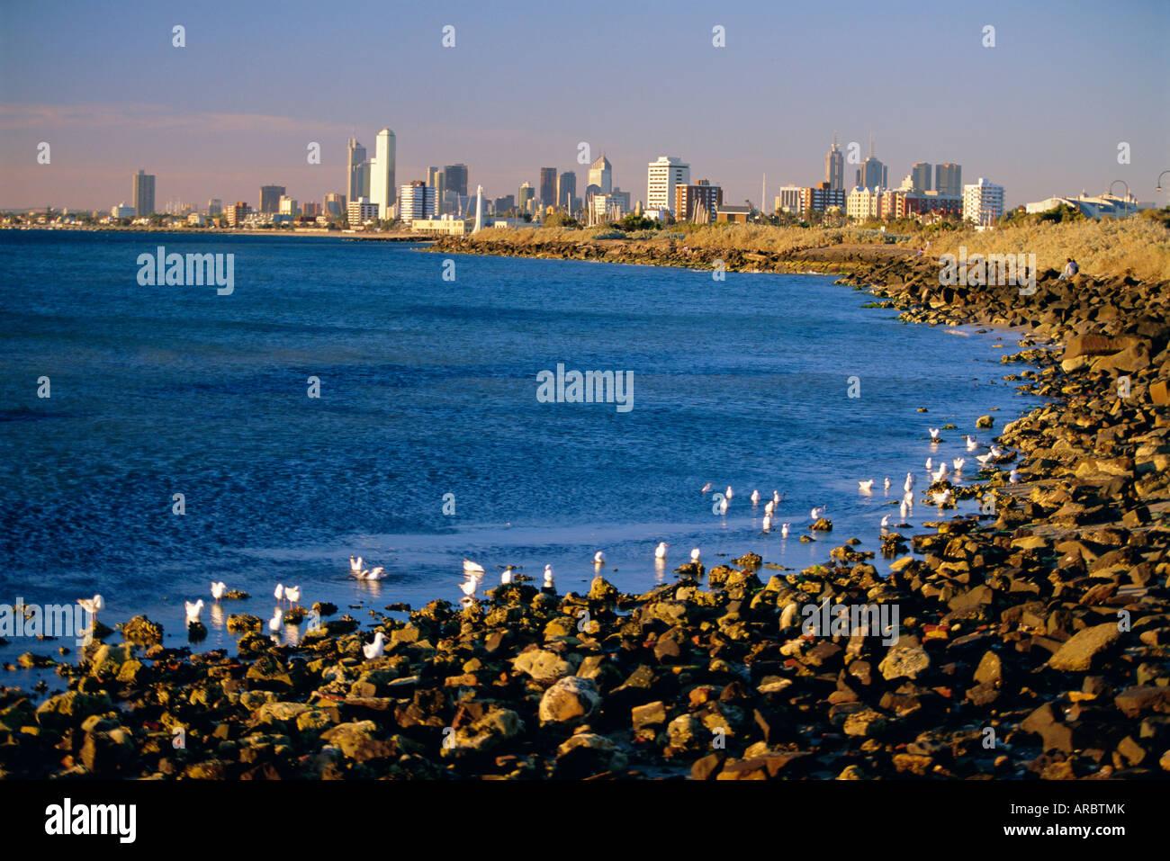 Lungomare nel sobborgo di Saint Kilda guardando verso dello skyline della citta' di Melbourne, Melbourne, Victoria, Immagini Stock