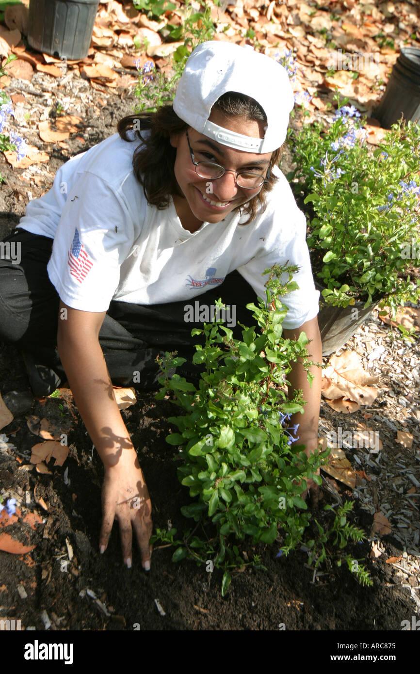 Miami Beach Florida Teen Job Corp la Giornata della Terra del giardino delle farfalle di installazione impianto di scavo Lavori di lavoro Immagini Stock