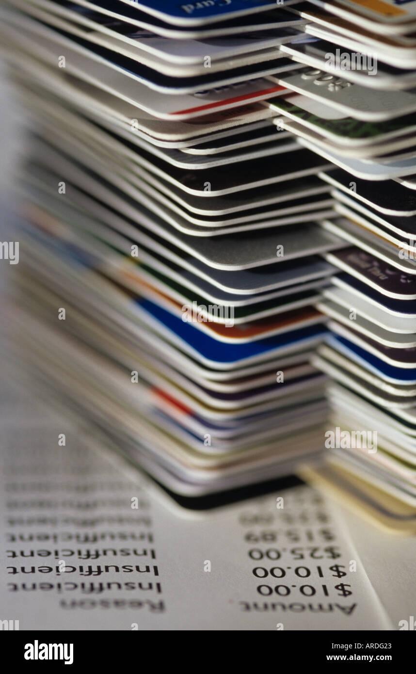 Carte di credito accatastati sul tavolo con il passato a causa di account e fondi insufficienti Marysville Washington STATI UNITI D'AMERICA Immagini Stock