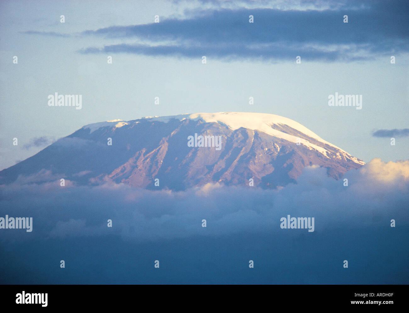 Teleobiettivo con vista del Kibo vetta del Kilimanjaro visto da di Amboseli National Park in Kenya Africa orientale Immagini Stock