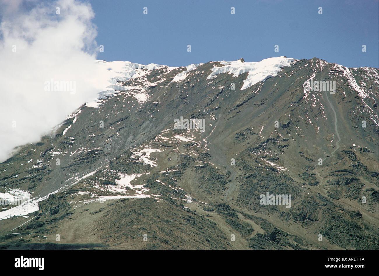 Teleobiettivo con vista di Gillman punto s e il bordo del cratere del Kibo dalla sella di Kilimanjaro Tanzania Immagini Stock
