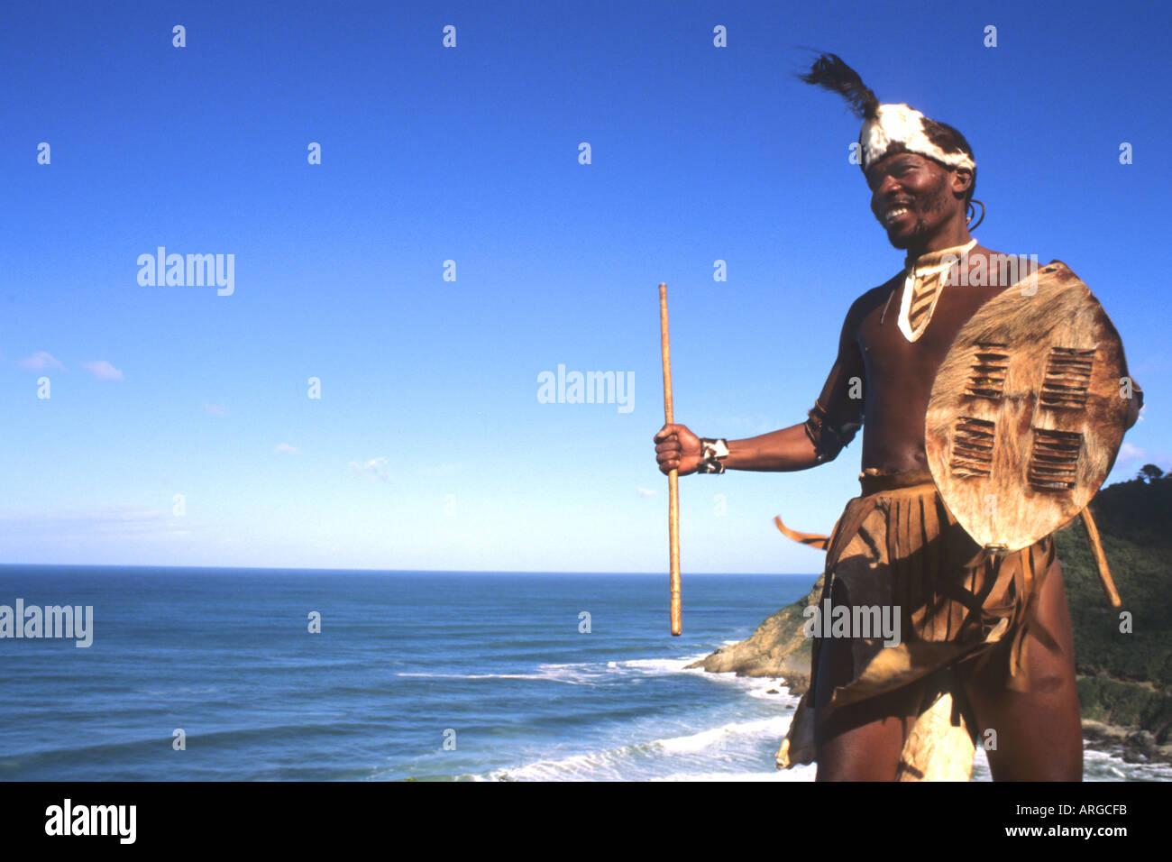 Nativo di tribù Pondo guerriero in Sud Africa sull'acqua vicino al deserto Immagini Stock