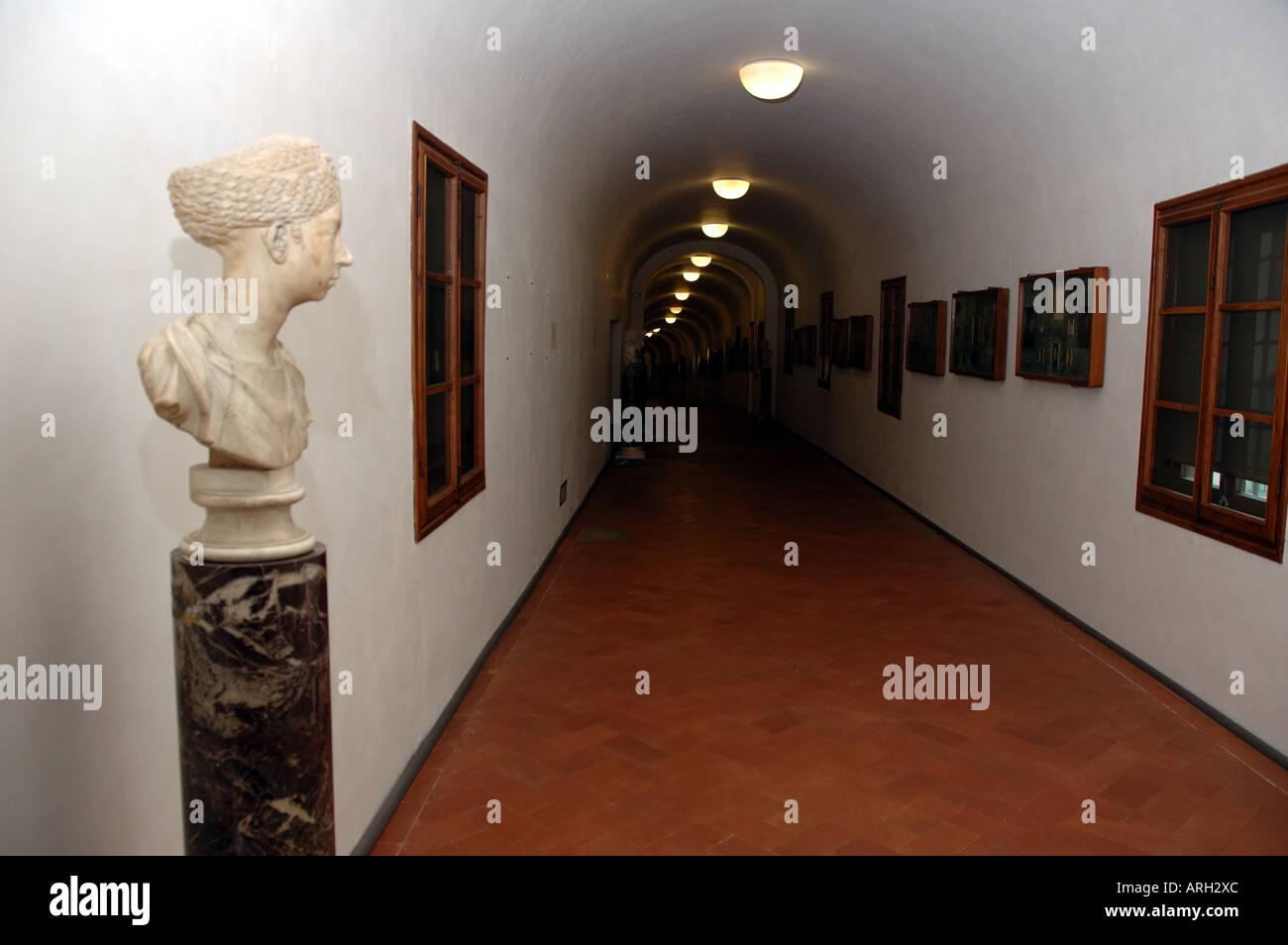 Lungo Il Corridoio In Inglese : Guardando lungo il corridoio vasariano che collega la galleria