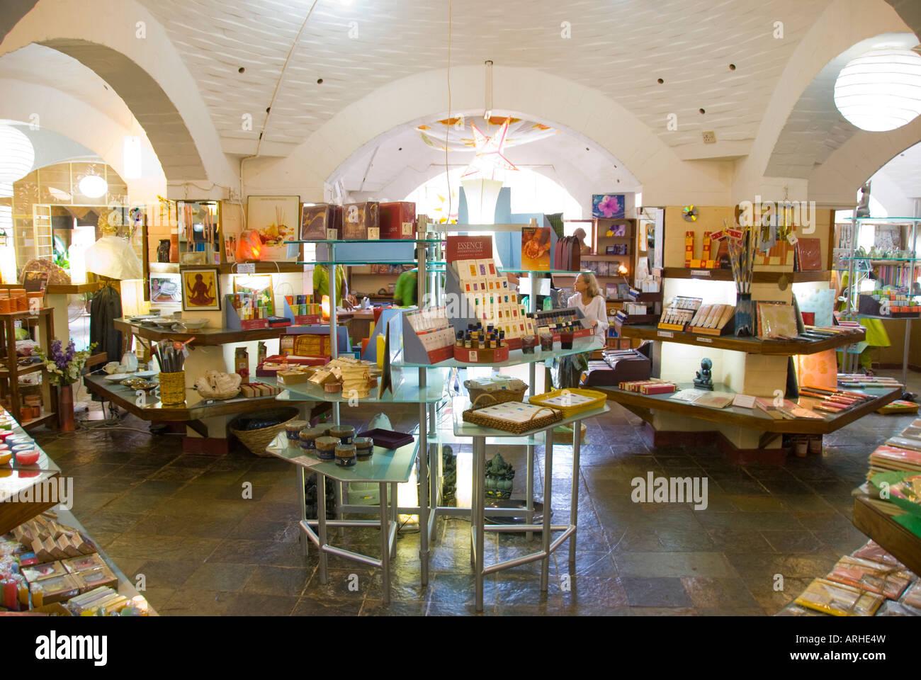 Un negozio che vende prodotti fabbricati in India Auroville Immagini Stock