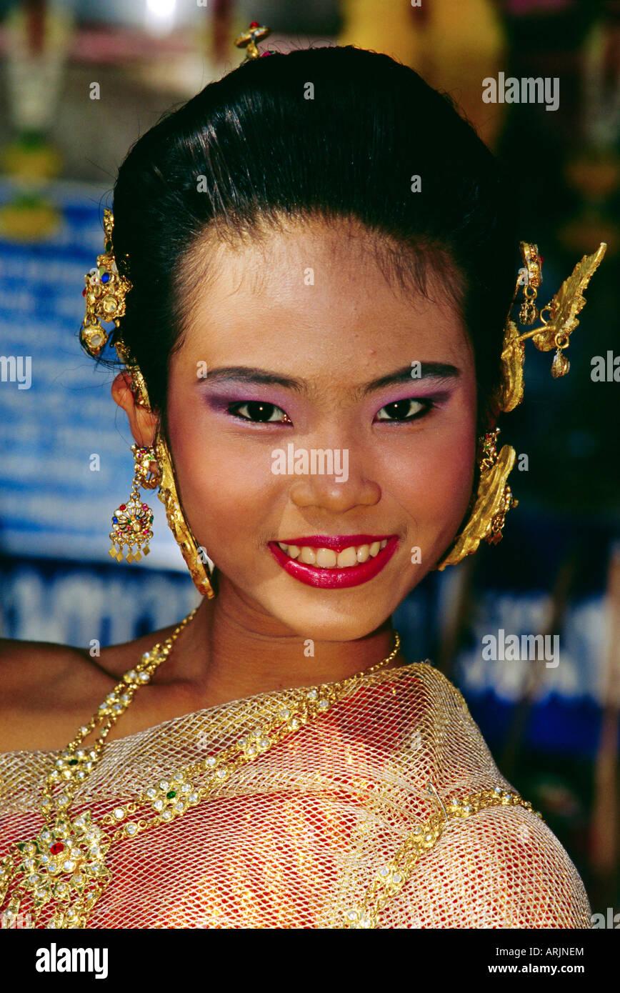 Ritratto di una giovane donna Thai adornata con gioielli in oro, Bangkok, Thailandia Immagini Stock