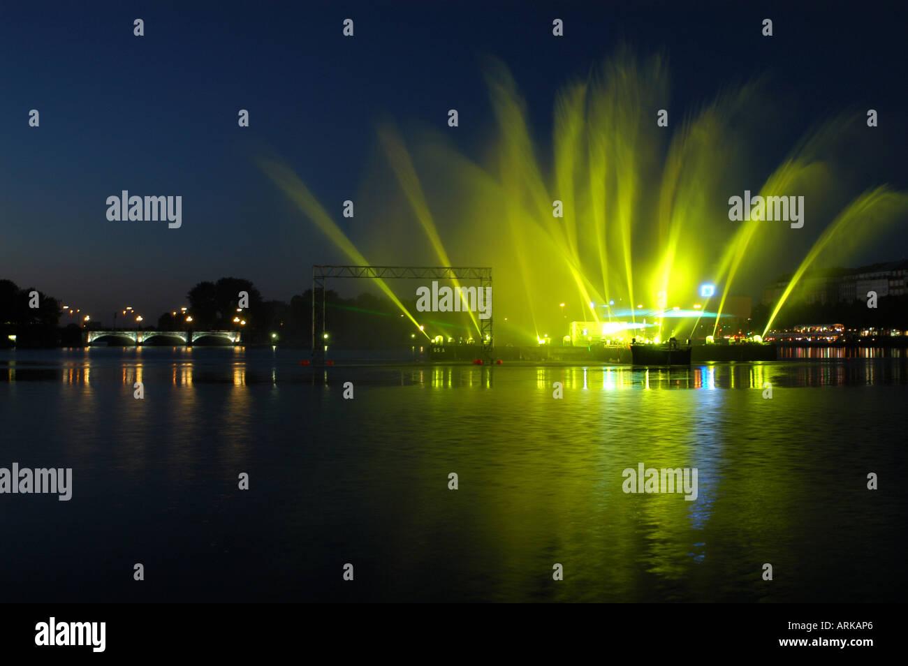 Splendida acqua luce e laser show sul lago Binnenalster durante la Coppa del Mondo di calcio 2006. Sulla sinistra il ponte 'Lombardsbr Immagini Stock