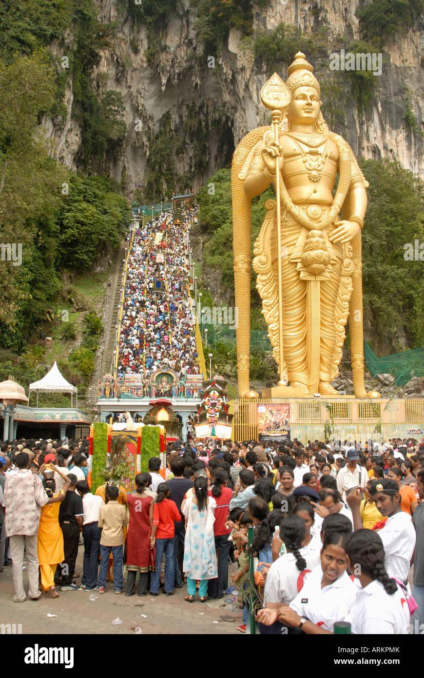 Statua della divinità Indù con pellegrino passi a piedi fino alle Caverne di Batu, Sri Subramaniyar Swami Immagini Stock