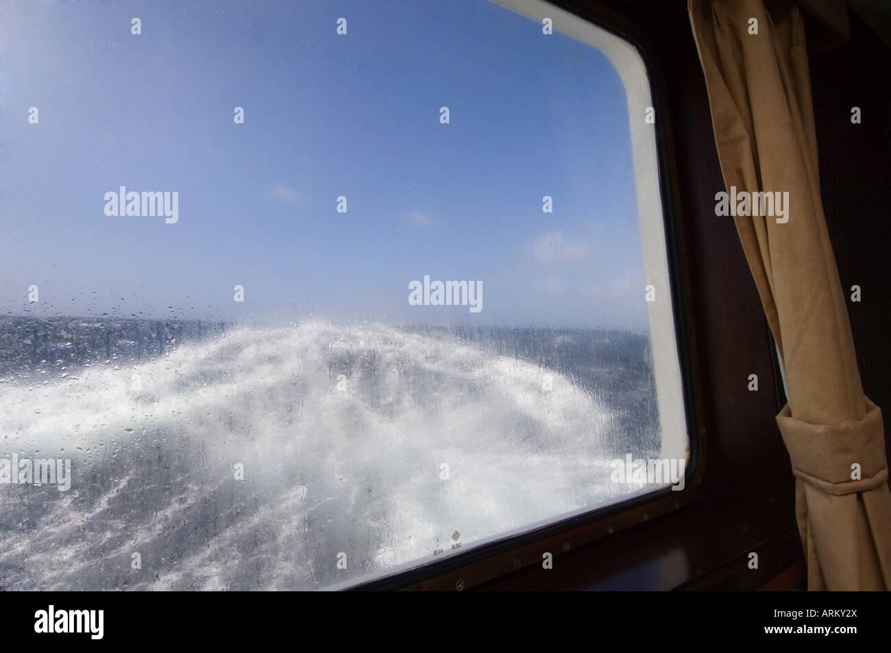 Vista dalla cabina dell'Antartico sogno la navigazione in mare mosso nei pressi di Capo Horn, passaggio di Drake, Immagini Stock