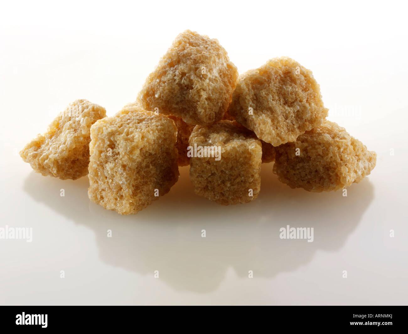 Rough cut di zucchero di canna grezzo Demerara cubi Immagini Stock