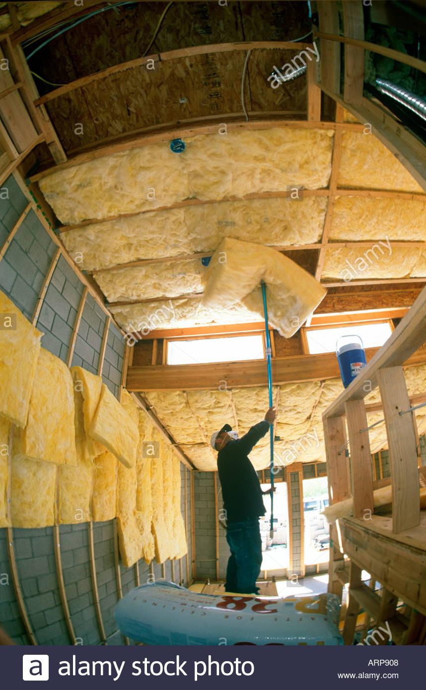 R30 R15 e R38 isolamento installato nel nuovo stile loft home in costruzione Tucson in Arizona Foto Stock