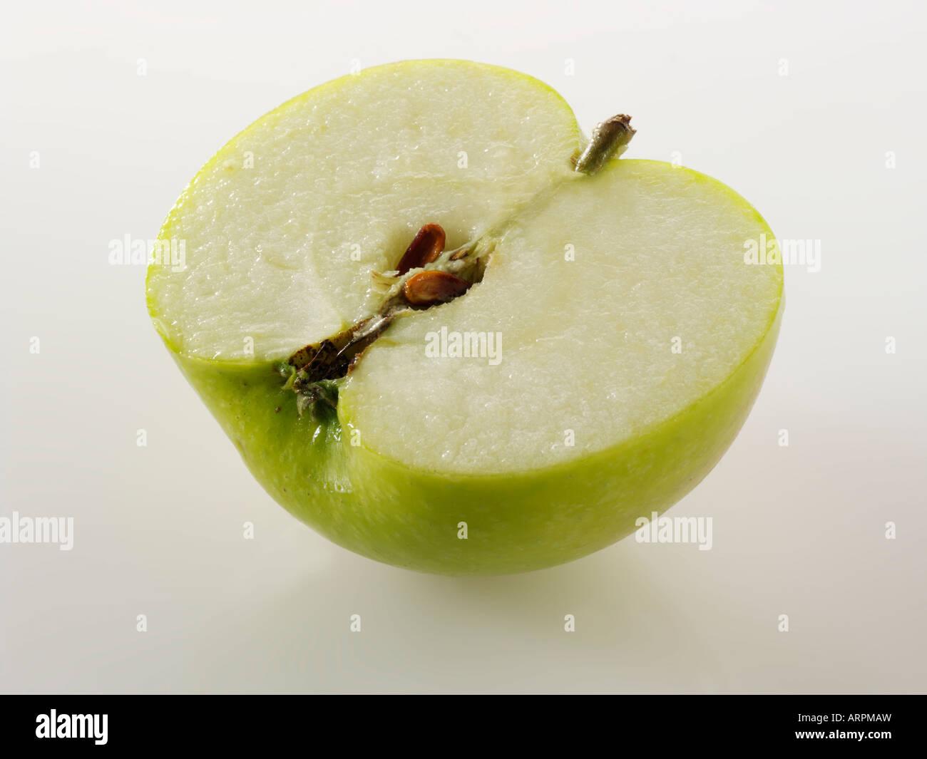 British organico Bramley apple - tagliare contro uno sfondo bianco Immagini Stock