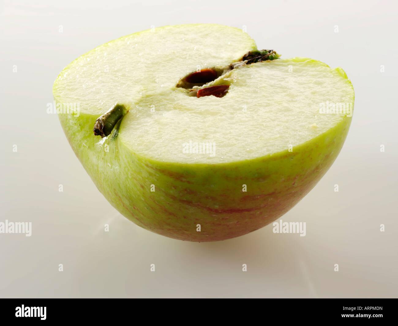 British Bramley apple - tagliare contro uno sfondo bianco Immagini Stock