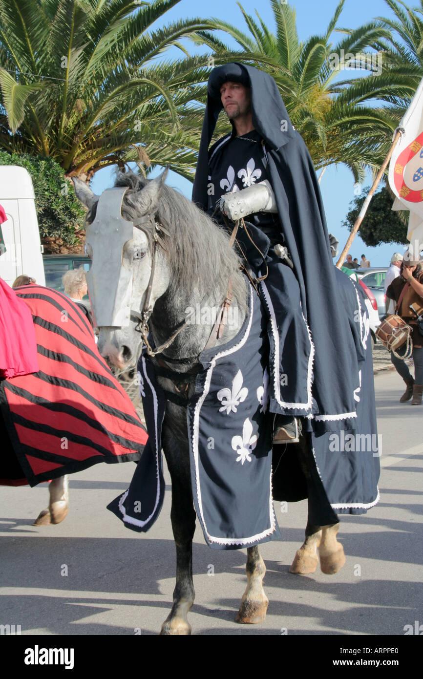 Cavaliere medievale e cavallo lusitano al Corteo Storico Festival dos Descobrimentos Lagos Algarve Portogallo Immagini Stock