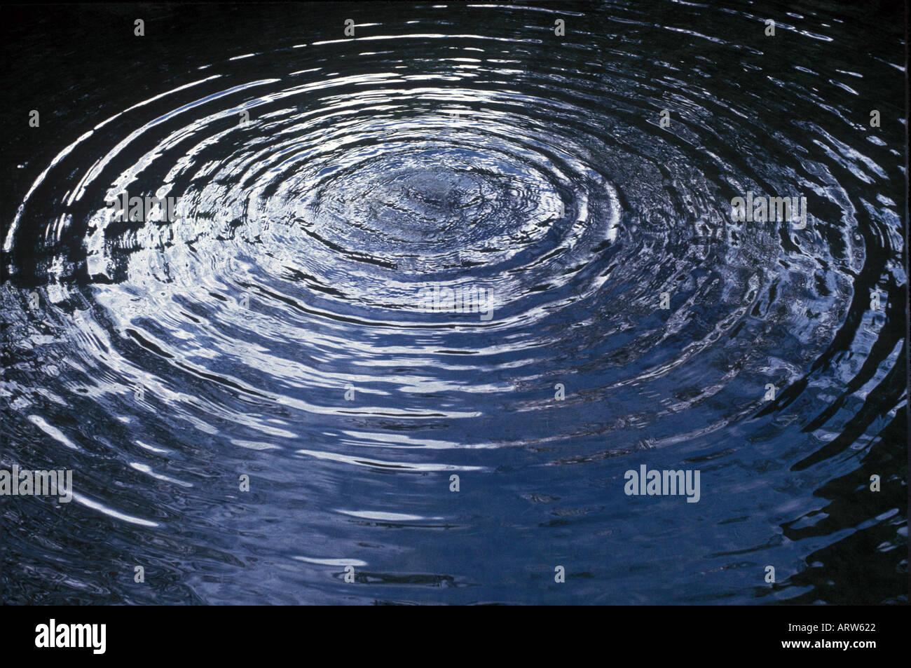 Increspature circolari su acqua Immagini Stock