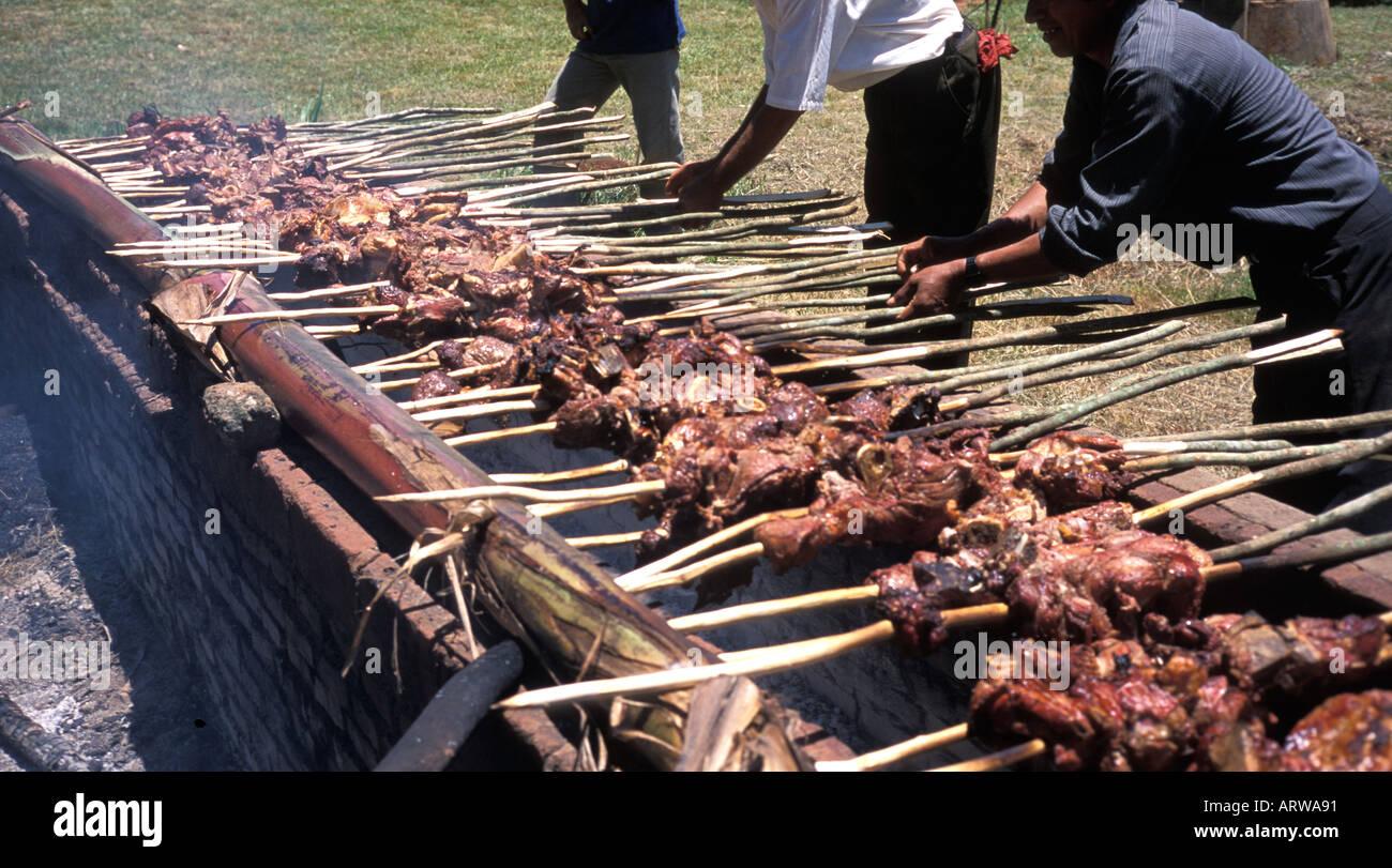 Paraguaiane uomini preparare la carne su spiedini su un parrilla un barbeque un fuoco aperto buca vicino a Trinidad e Gesù Paraguay Immagini Stock