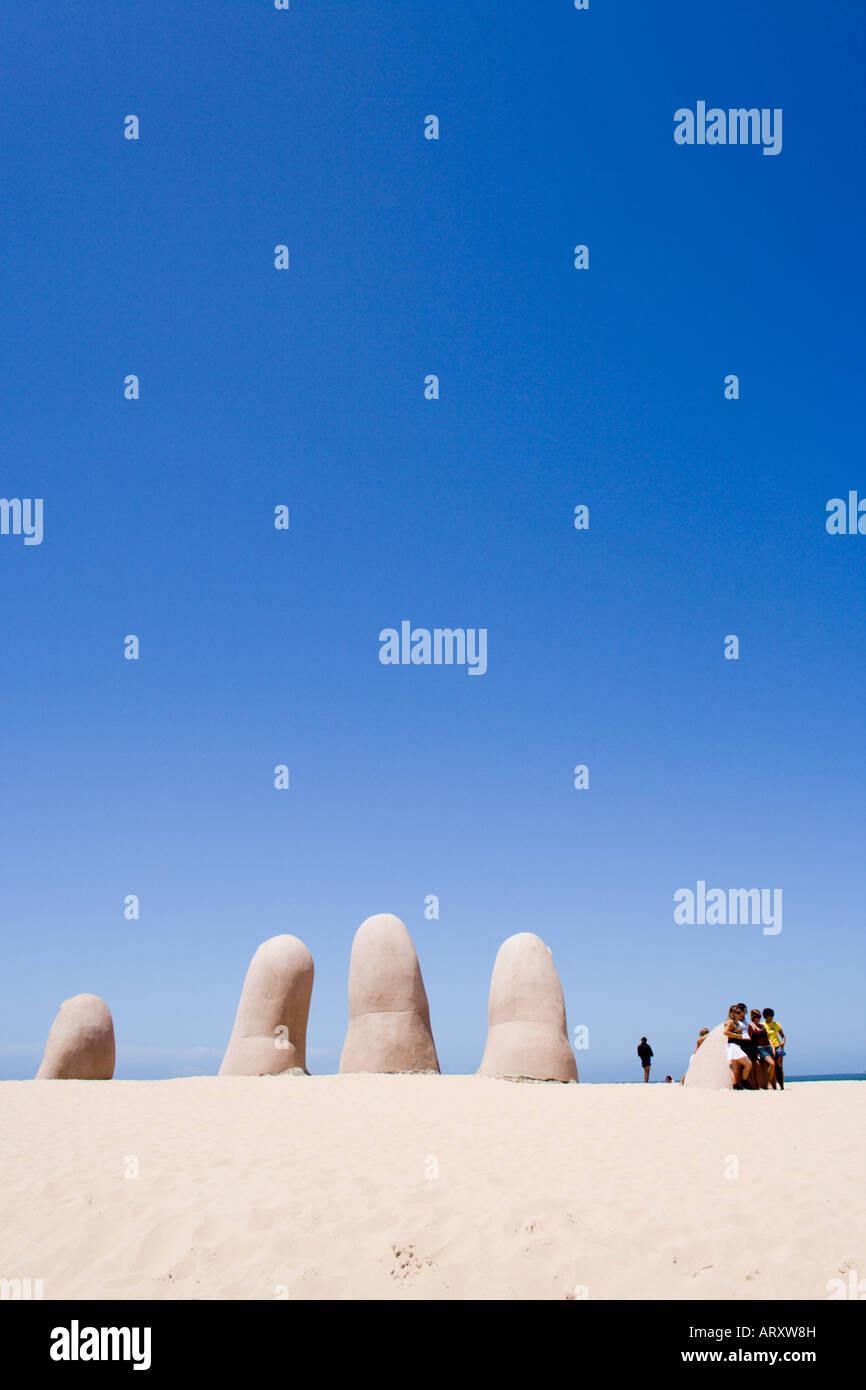 Scultura sulla spiaggia La Mano a Punta del Este si presenta come una gigantesca mano venuta fuori dalla sabbia, Immagini Stock