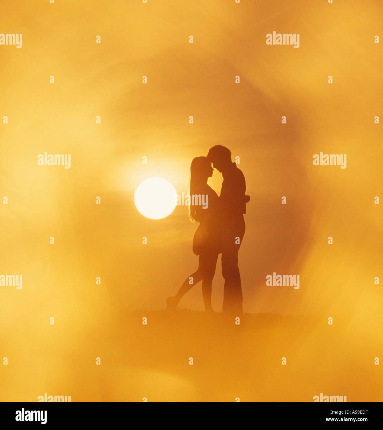 Giovane abbracciando al tramonto Immagini Stock