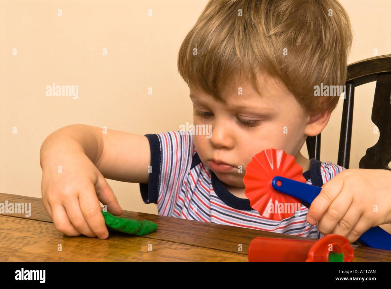 7c8cc0a2ca Ragazzo toddler bambini che giocano con