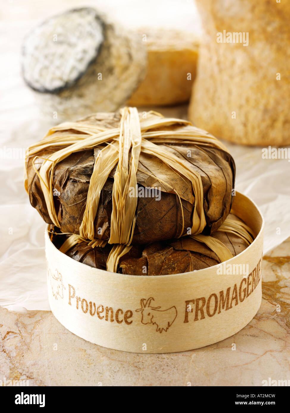 Francese morbido Bannon formaggio di capra dalla Provenza in foglie in un negozio di formaggi impostazione. Immagini Stock
