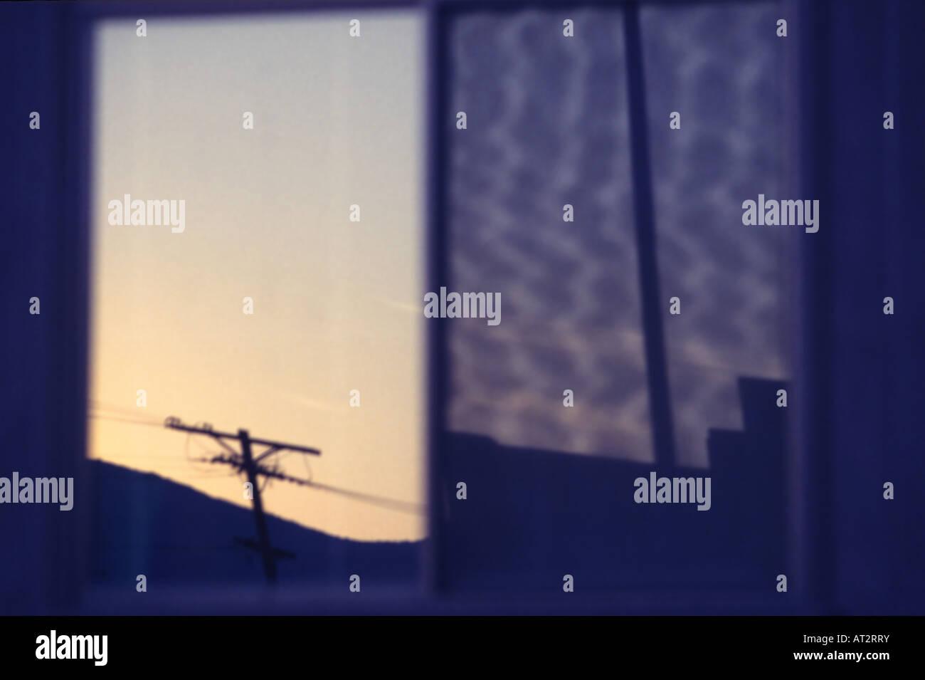La riflessione astratta di un palo telefonico nella finestra orizzontale Immagini Stock