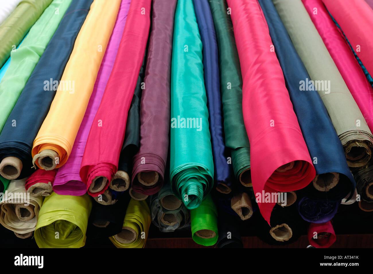 Tessuti di seta in vendita nella nuova strada di seta shopping mall di Pechino. 20-Feb-2008 Immagini Stock