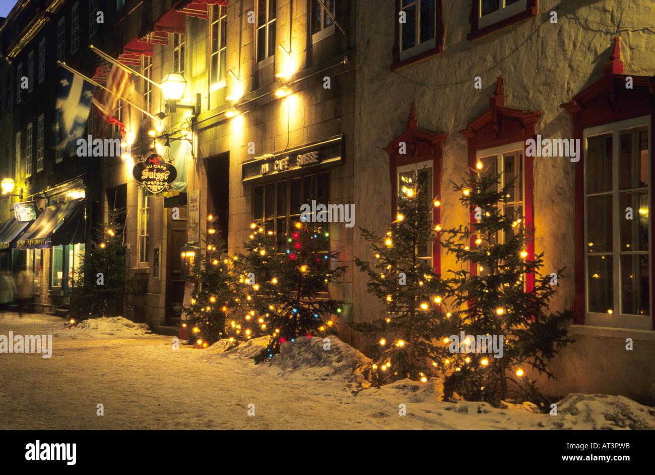 Albero Di Natale Quebec.Quebec City Con Le Luci Di Natale Nelle Vetrine Dei Negozi E Degli Alberi Foto Stock Alamy